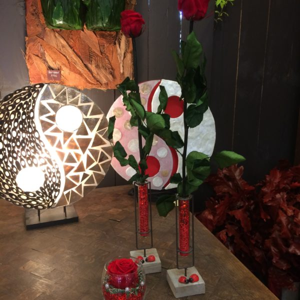 rose eternelle rouge grande tige avec vase